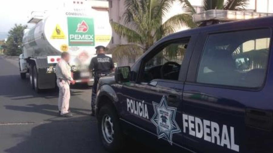Detienen a conductor de pipa con hidrocarburo presuntamente robado