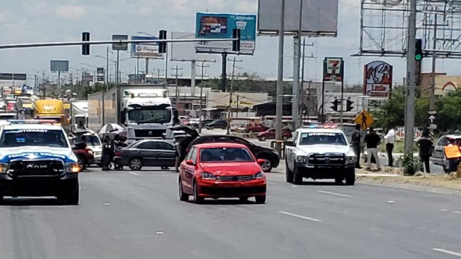 Vecinos bloquean carretera a Monterrey; Exigen mejora en el drenaje y agua potable