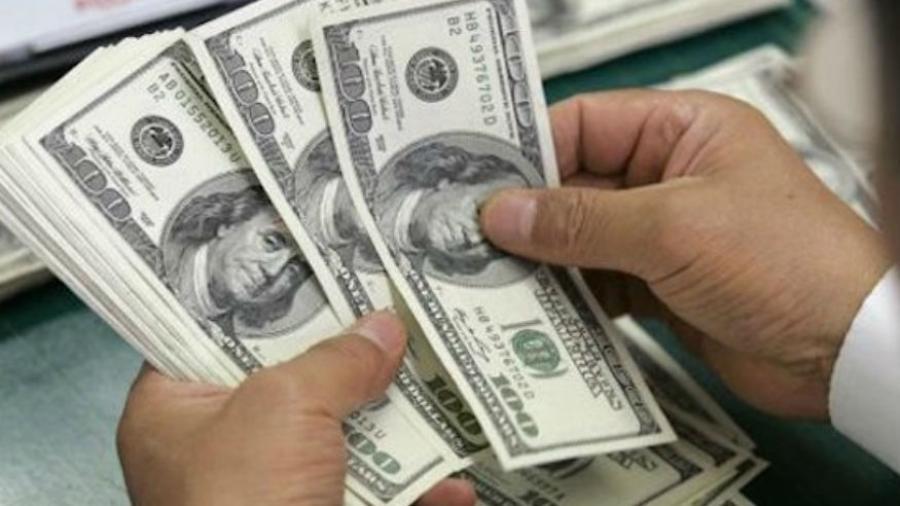 Dólar cotiza a la venta en 19.57 pesos en el AICM