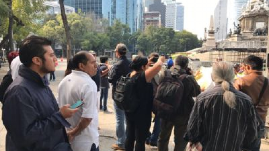 Inician marcha contra alza de gasolina en Reforma desde el Ángel de la Independencia