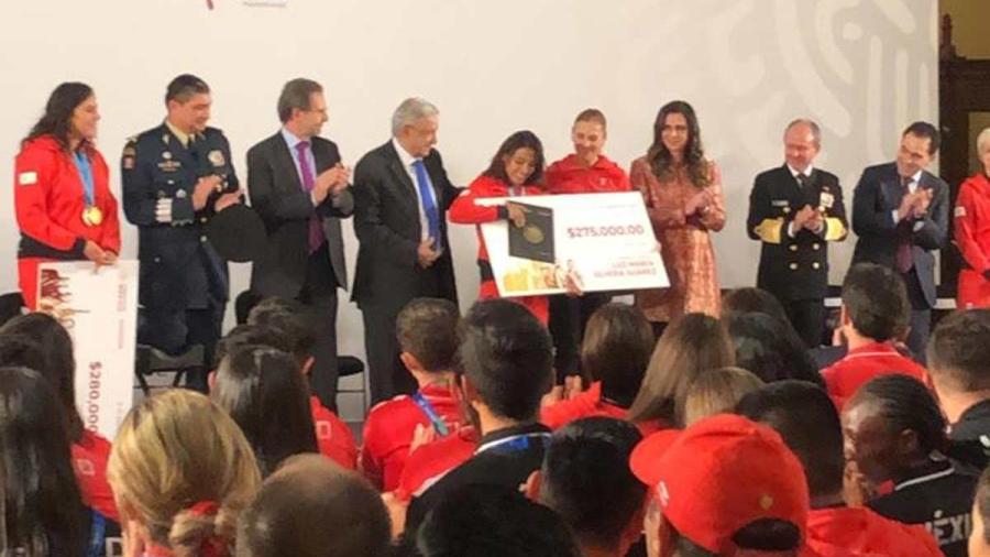 Entrega López Obrador estímulos económicos a deportistas