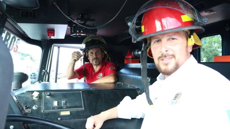 Donan camión de bomberos