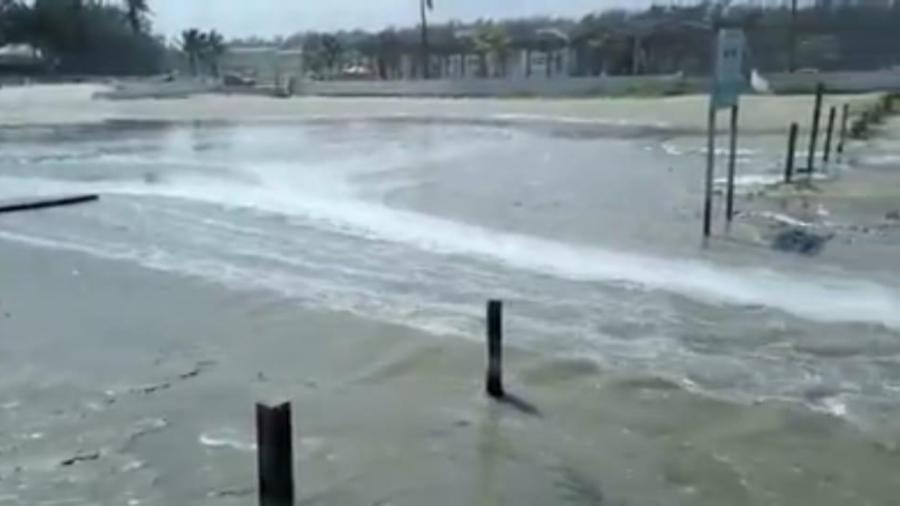 Se sale el mar en playa Miramar