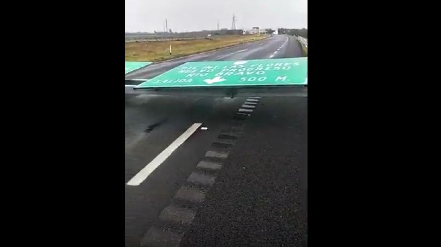 Fuertes vientos derriban señalización en carretera Reynosa - Matamoros