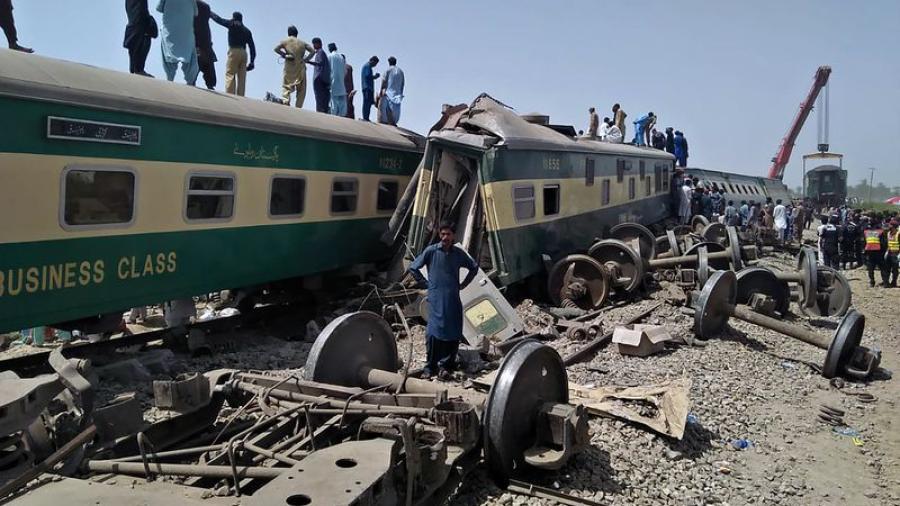 Colisión de trenes deja más de 40 muertos en Pakistán