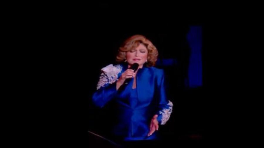 Angélica María sufre aparatosa caída en concierto