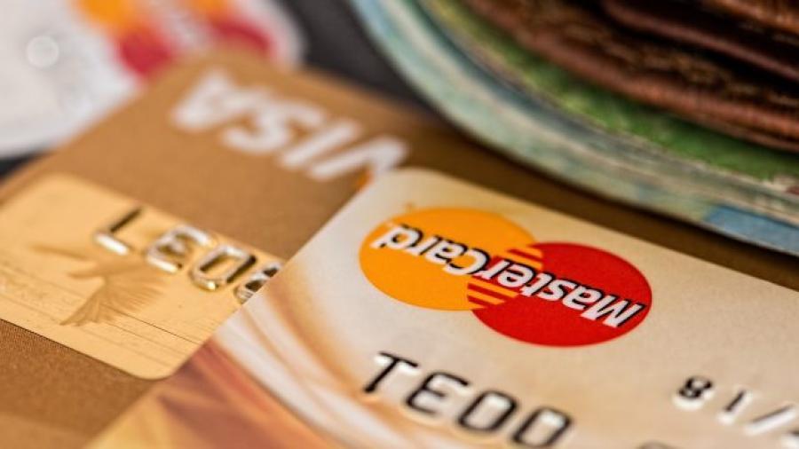 Con la iniciativa de reducción de comisiones bancarias, bancos caen