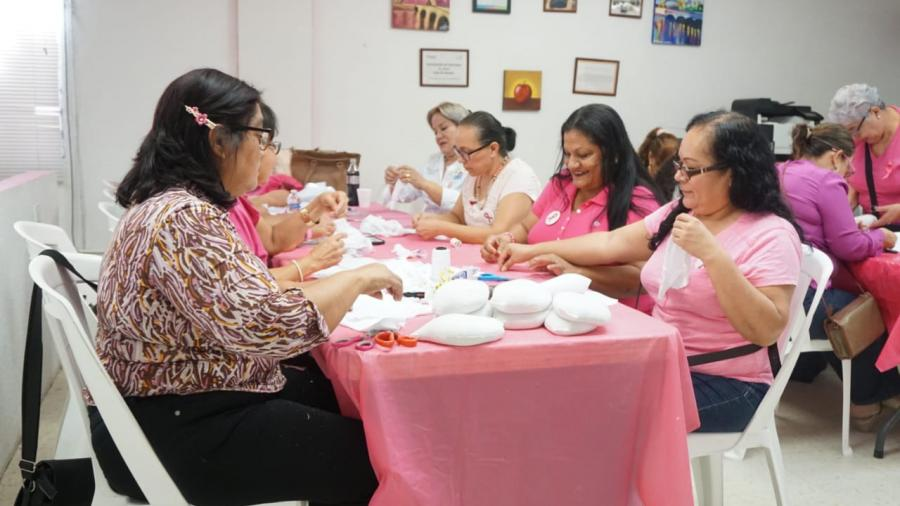 Realizan voluntarias prótesis mamarias para mujeres con mastectomía