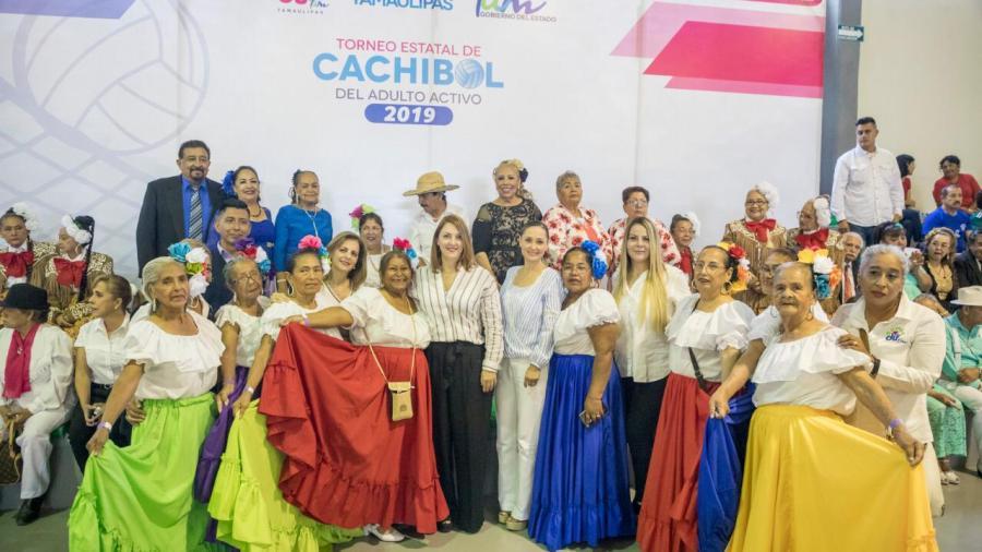 Convive Mariana Gómez con abuelitas y abuelitos del Primer Campamento Cultural Deportivo