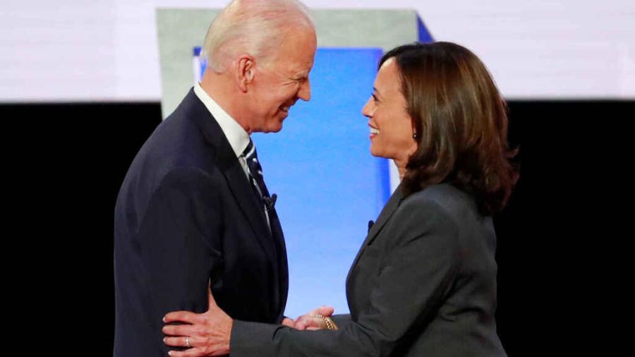 """Biden y Harris acusan a Trump de """"politizar"""" la vacuna contra el COVID-19"""
