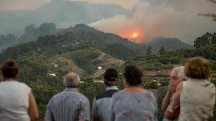 """Evacuan 8.000 personas en el fuego """"sin control"""" de Gran Canaria"""