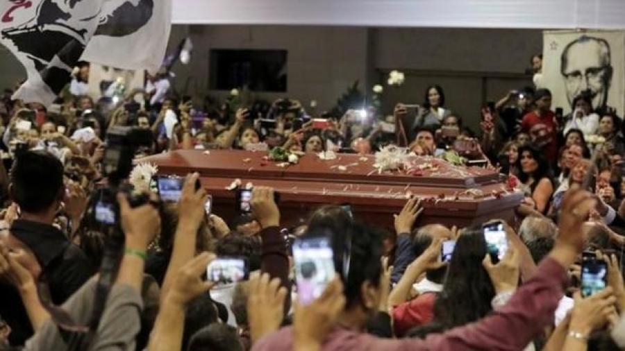 Dan último adiós a expresidente de Perú
