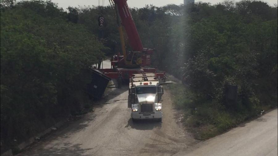 Tráiler ladea carga en otro distribuidor vial; Segundo accidente similar en menos de una semana