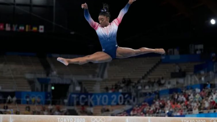 Simone Biles retoma competencias en Tokio y se cuelga el bronce en final de viga