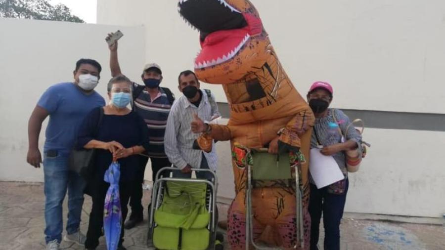 Dinosaurio acompaña a su mamá a vacunarse contra el Covid-19
