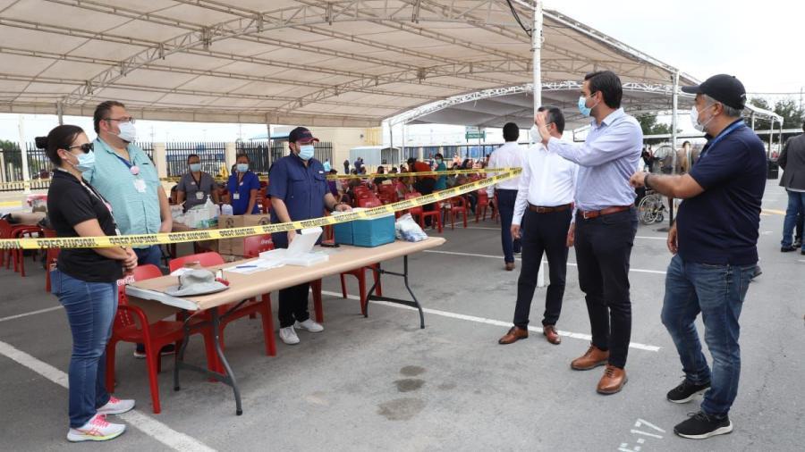 Visita Alcalde Carlos Peña Ortiz módulo de vacunación en planta maquiladora Corning