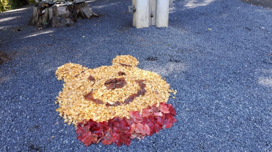 Obras de arte con hojas caídas en Japón