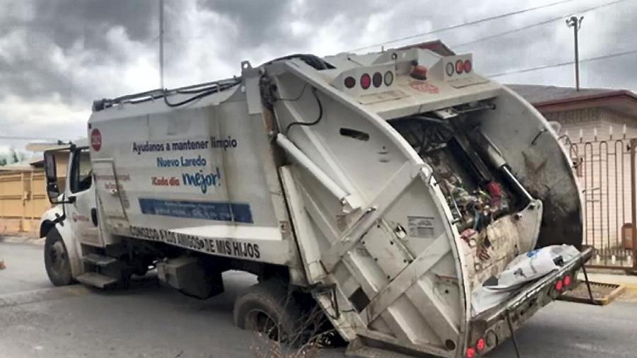 Se hunde camión de basura en Nuevo Laredo