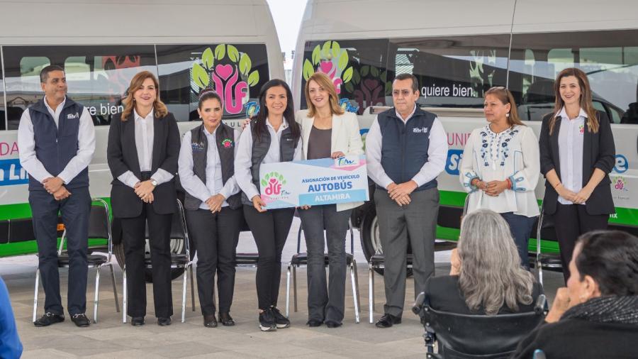 Entrega Mariana Gómez unidades de transporte público para personas con discapacidad y vehículos para las actividades de DIF Municipales