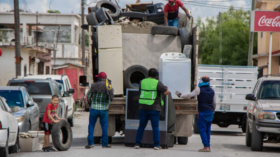 Avanza fumigación y descacharrización en colonias populares en Matamoros