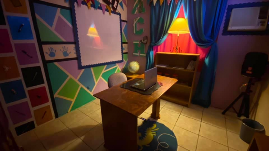 Maestro transforma cuarto de su casa en un asombroso salón de clases