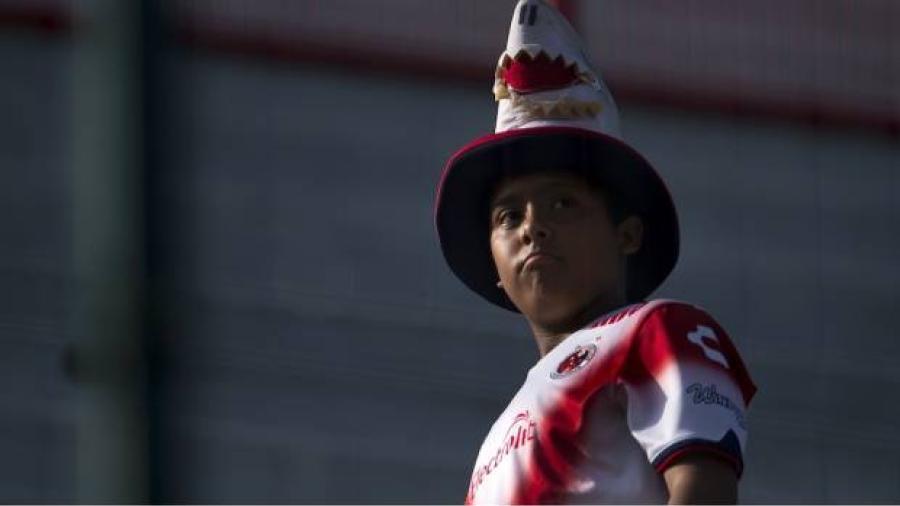 Con violencia entre aficionados, inicia la liga MX
