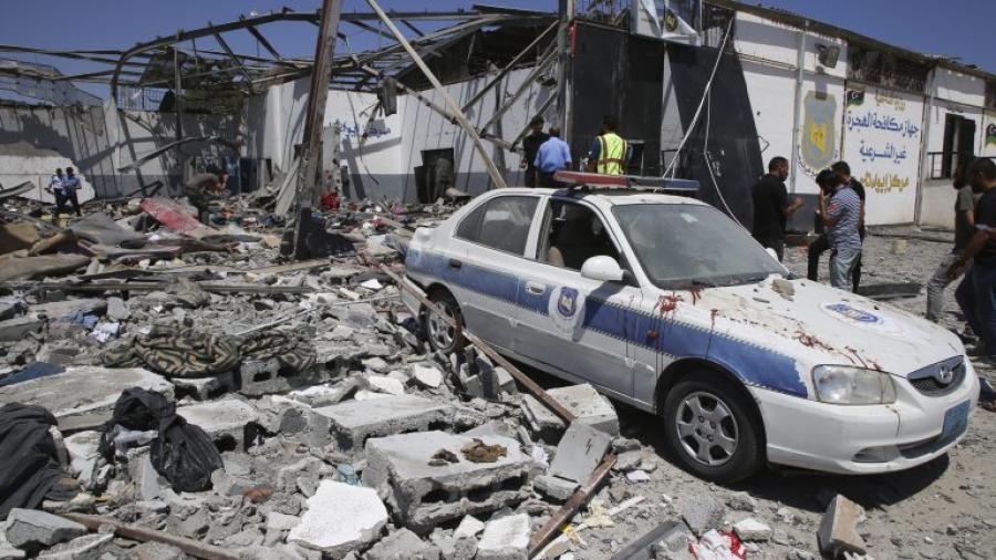 Reubican a 260 migrantes en Libia tras ataque a centro