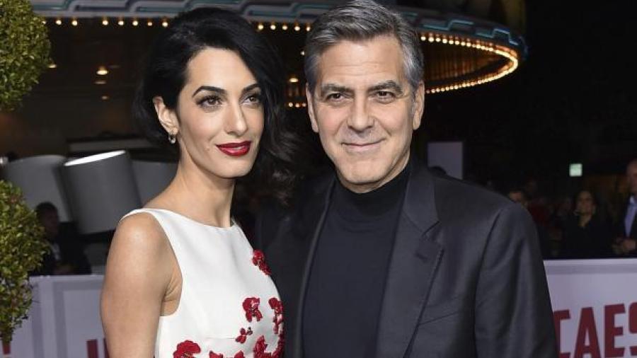 Amal y George Clooney donan 100 mil dólares para niños migrantes