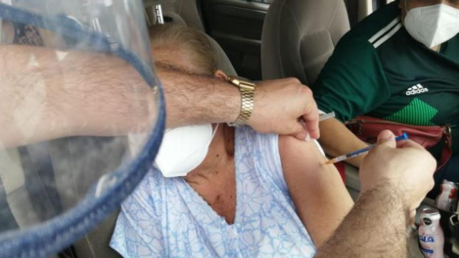 Prudencia, paciencia y respeto pide presidenta del DIF durante jornadas de vacunación