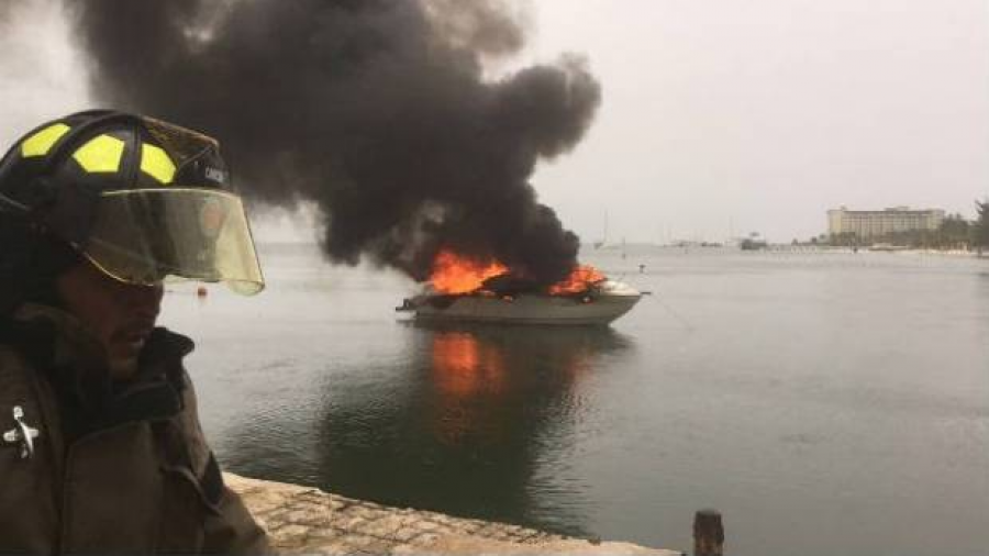 Se incendia barco en Playa Linda, Cancún