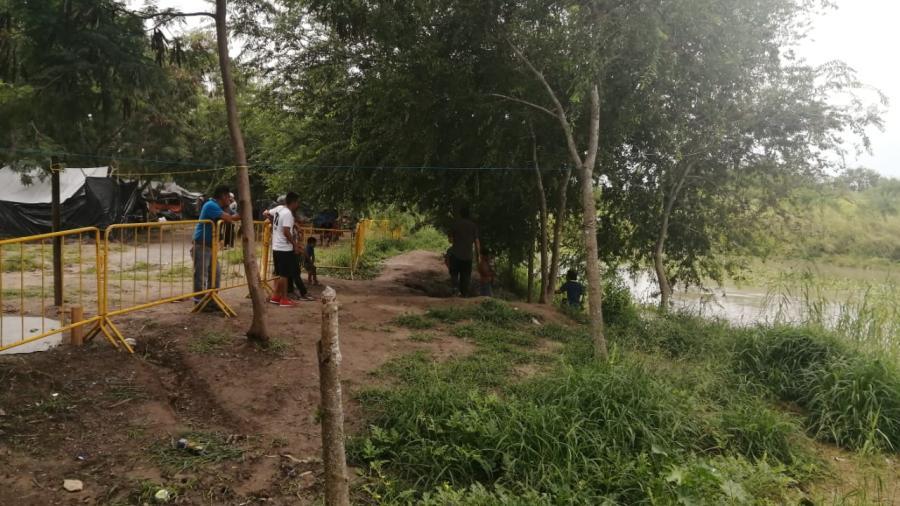 Migrantes suben sus casas de campaña metros mas arriba del caudal del Rio Bravo