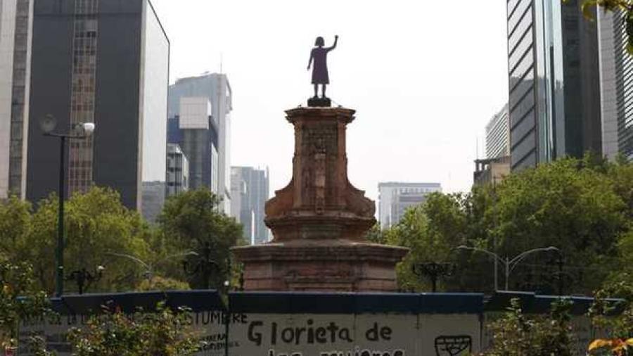 Mujeres colocan antimonumenta en lugar de estatua a Colón en CDMX