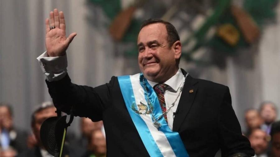 Presidente de Guatemala trata de desinfectar a periodistas
