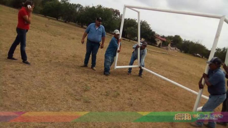 Entregan material de acondicionamiento para campo de fútbol