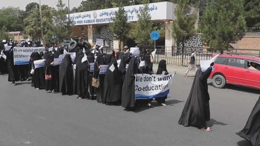 Marchan mujeres en apoyo a los Talibanes en Afganistán