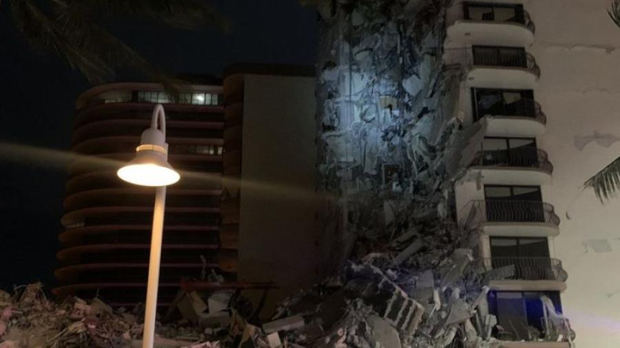 Al menos un muerto al derrumbarse parte de un edificio en Miami