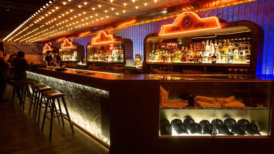 Dueños de bares presentaron demanda federal contra Greg Abbott por cierre de sus negocios