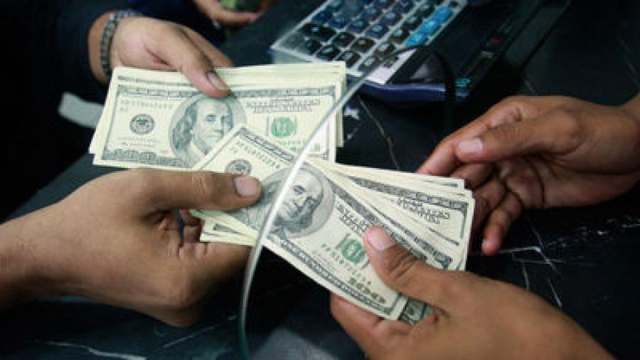 Casas de cambio venden el dólar en 18.41 pesos promedio