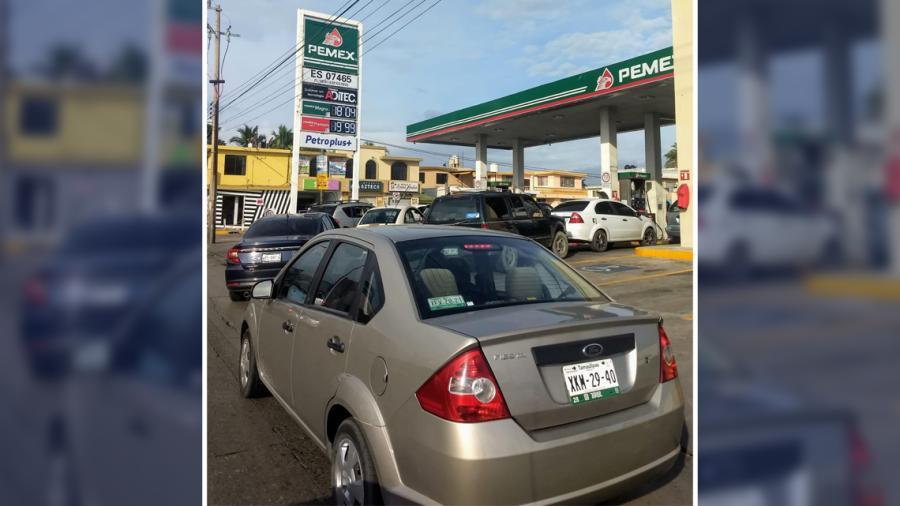 Automovilistas hacen fila para cargar gasolina a bajo costo