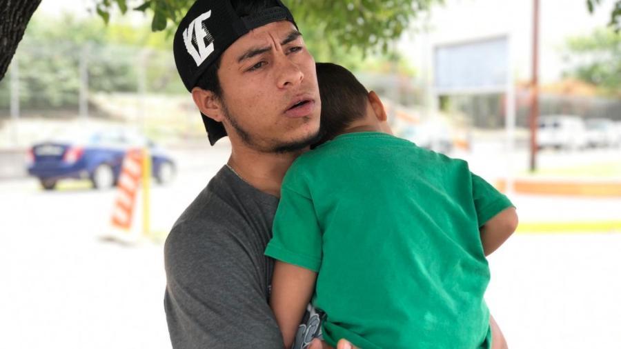 Migrante pide ayuda para su hijo de 2 años de edad