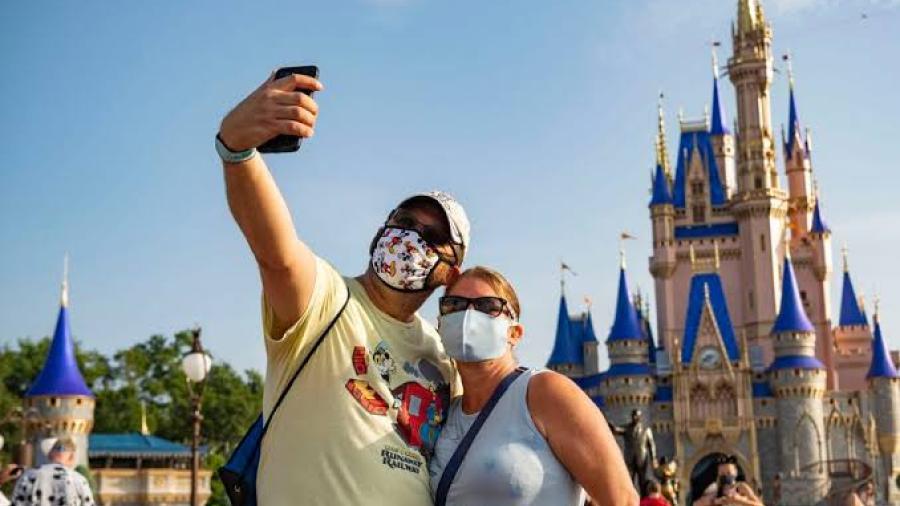 Disney restablece uso de cubrebocas en sus parques