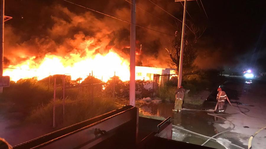 Combaten Bomberos incendio de planta maquiladora