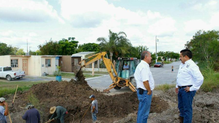 Alcalde supervisa trabajos de instalación de tubería