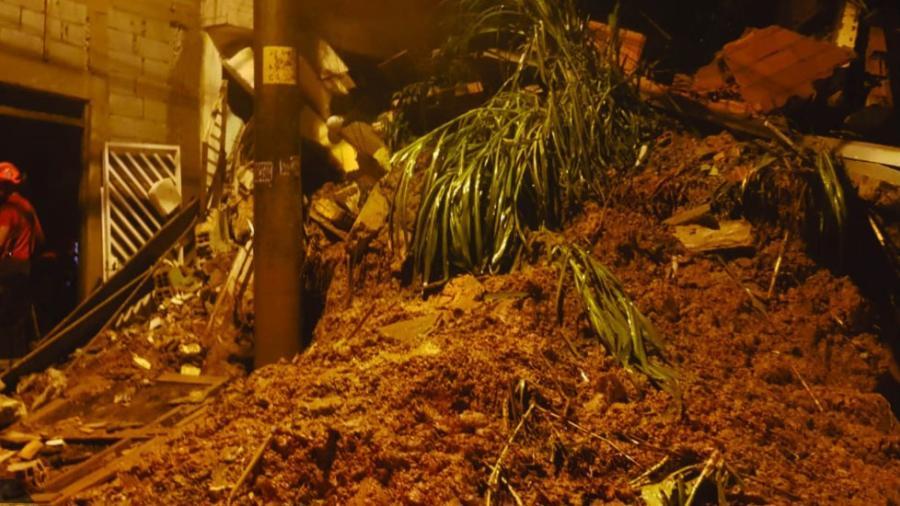Cuatro niños sepultados por alud de tierra en Sao Paulo