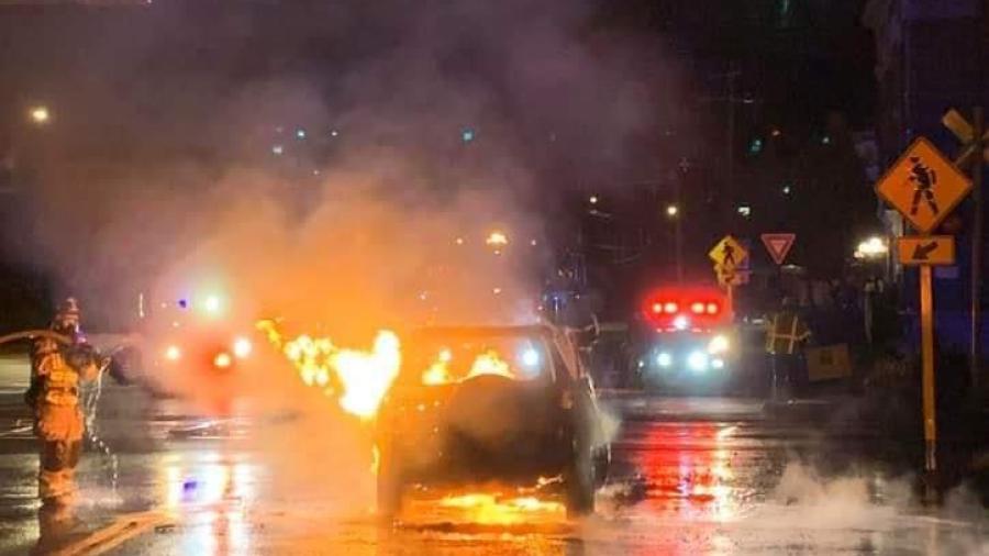 Hombre se convierte en héroe al salvar a conductor dentro de auto en llamas