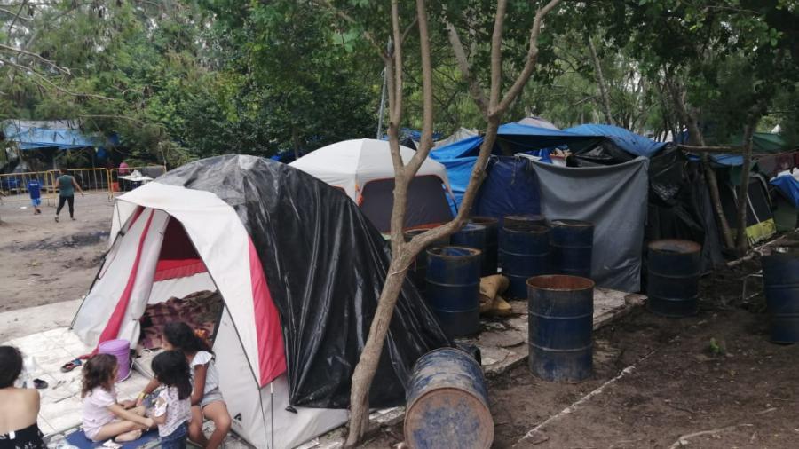No queremos movernos del campamento porque aquí nos llega la ayuda y comida: Migrantes