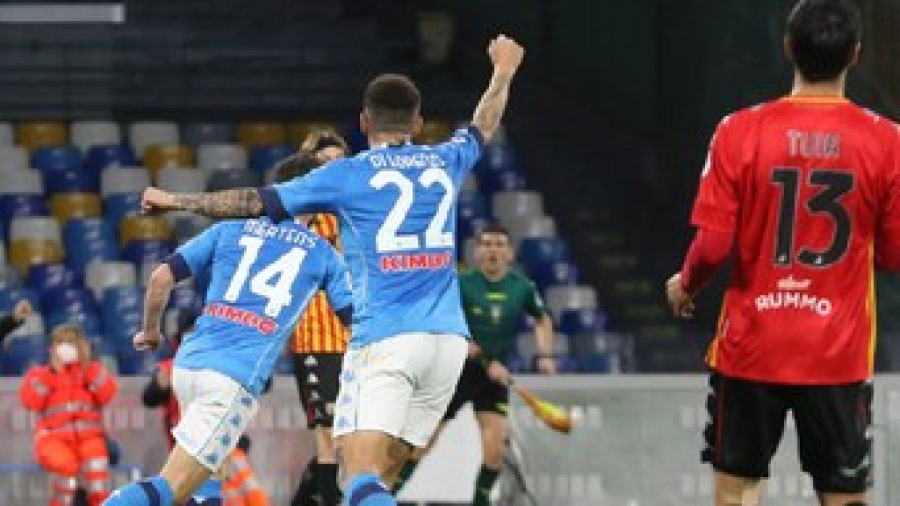 Napoli logra victoria ante el Benevento