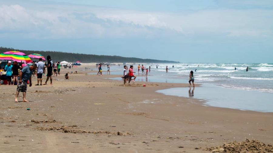Cientos de turistas se dan cita en playa Tesoro