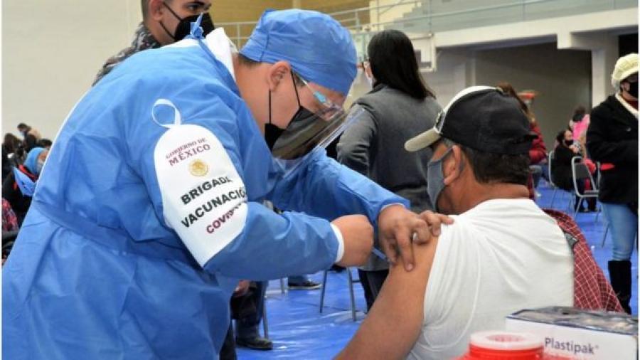 Reconoce AMLO que ha bajado el ritmo de vacunación en el país