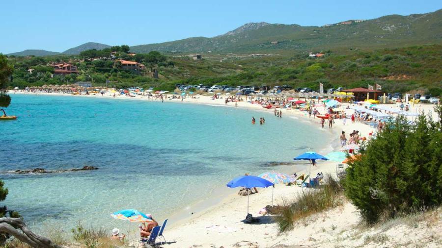 Turistas franceses enfrentan prisión en Italia por llevarse arena de una playa